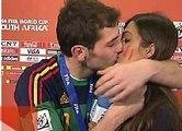 Casillas embrasse sa copine  journaliste en direct