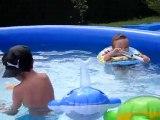 jeu dans piscine