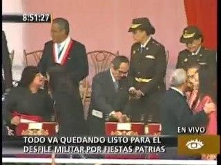 Mercedes Cabanillas y María Luis Cuculiza en desfile militar