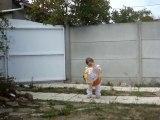 Emma joue avec son ballon