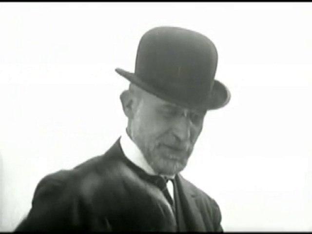 Erik Satie filmé en gros plan