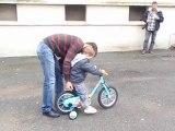 Ewen et son 1er grand vélo (3 ans)