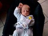 bébé cherche son pouce