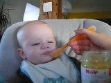 Bébé Paul (5 mois) et sa première compote de pommes