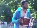 Le chanteur de rue de Marseille lui casse les couilles