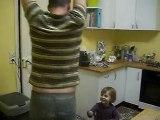 zoé donne un cours de danse à papa