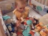 12 nov 10 Bastien joue dans son lit