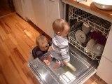 2010 12 03 Eloi range la vaisselle du lave vaisselle
