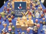 Les douanes présentent 350 faux oeufs de Fabergé saisis à Roissy