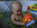Bébé Paul, 8 mois, dans son bain comme un grand
