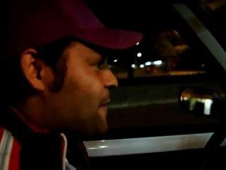 Chauffeur de Taxi faisant une imitation de Michael Jackson