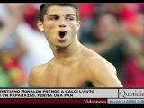 Cristiano Ronaldo prende a calci l'auto di un paparazzo, fer