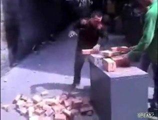 Papy casseur de brique
