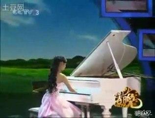 Incroyable : sans les doigts, chinoise 19 ans joue piano comme une déesse