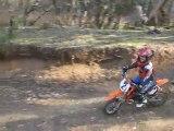 Jules toujours sur sa KTM commence a travailler les appuis ! et toujours pas 6 ans !!!