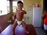 0152 - Bébé fun qui danse