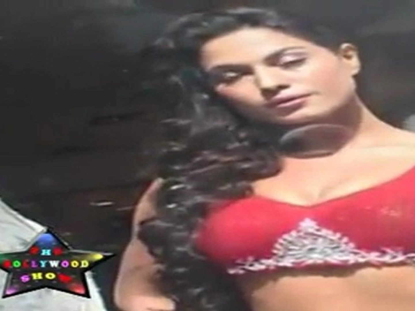 Hot & Sexy Veena Malik Shows Her Sexy Chest & waist At