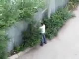 0231 - Mec met des coups de tête dans une barrière