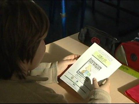 """Présentation de la bande dessinée """" Et toi tu fais quoi ! """" de l'association """" Enfance Prévention """" dans une classe  de CE1 et CE2"""