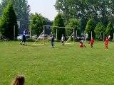 les parents et les enfants jouent au foot