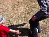 28 05 2011 IMG_0734 crapio joue au ballon avec maman tonton tata