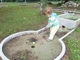 Un poussin au mini-golf