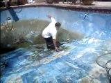 Régis fait un faceplant dans une piscine sans eau
