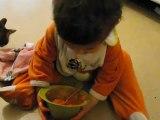 Son premier repas tout seul