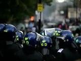 Les émeutes qui ont touché ce week-end plusieurs quartiers multiethniques de Londres se sont poursuivies dans la nuit de lundi à mardi, contraignant le Premier ministre britannique David Cameron à écourter ses vacances et rentrer en urgence