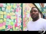 Londra, il muro della speranza di Peckham per dimenticare scontri. Una bacheca pubblica piena di post-it coi messaggi dei residenti