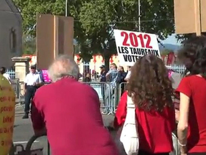 Les anti-corridas ont manifesté devant les arènes de l'espace Jean Cau où se tenait la dernière