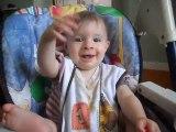 rose 9 mois, fait les marionnettes en chantant !!  lol   trop mignon !!