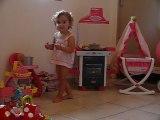 Eléonore prépare le repas de son bébé - 08/2011