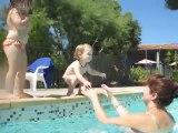Alyssa saute dans la piscine 25.08.2011 (15 mois)