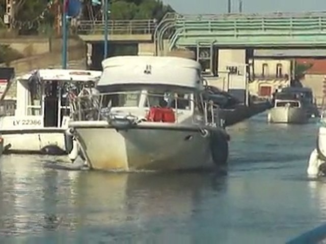 Fluvial: Accrochage plaisancier privé et Locaboat, pont de Frontignan 34