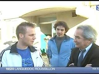 Greg s'incruste dans l'image lors d'un interview télé