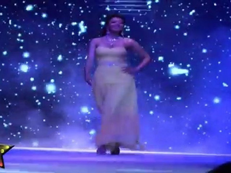 Hot & Sexy Babe Ishita Shows her Sexy Waist & Bare Back  At IIJW 2011