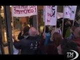 Femministe contestano il ritorno in tv di Strauss Kahn - VideoDoc. Proteste mentre è in onda la prima intervista a Dsk dopo scandalo