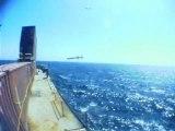 Un avion de chasse suit un missile
