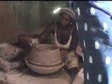 Mali - Une potière, bords du Niger près de Mopti