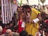 """Le """"roi-dragon"""" du Bhoutan se marie en Himalaya"""