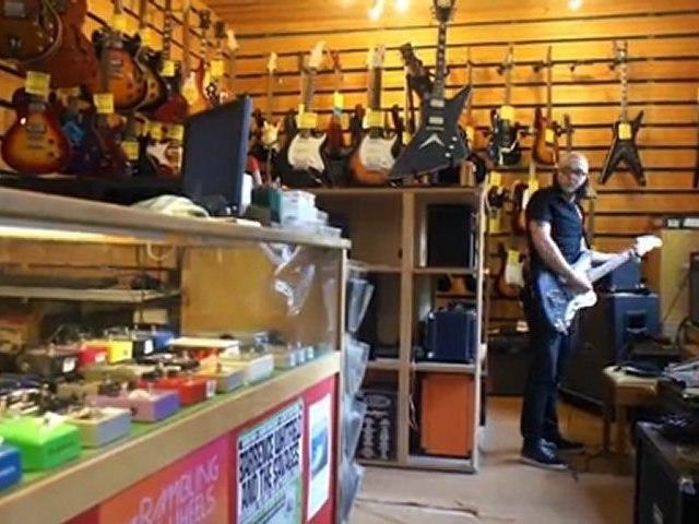 Les guitaristes (en magasin)
