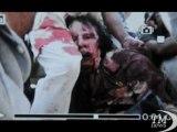 Libia, Afp diffonde la prima foto di Gheddafi dopo la cattura. Nell'immagine il rais sanguinante in mezzo ai ribelli