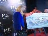 cla: El pintor Ángel Uranga entrega a Paris Hilton un cuadro que la modelo entregará al padre de Marco Simoncelli