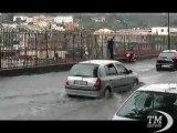 Maltempo a Napoli, scene dal rione Sanità allagato - VideoDoc. Pedoni, auto e motorini in difficoltà