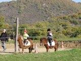 Camille au poney, trot et saut