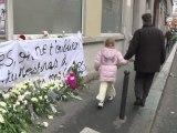 Bougies et roses blanches en hommage à Agnès