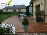 Terrasse bois composite design avec galets noirs et blancs