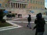 Πετροπόλεμος μπροστά στη Βουλή - Πορεία για τον Αλέξη