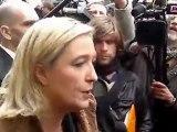 Marine Le pen manifestant contre le droit de vote des étrangers